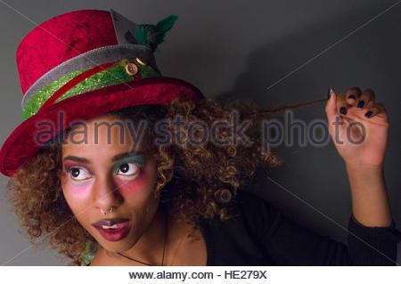 CARDIFF, GROSSBRITANNIEN. Dezember 2016. Ein Fotostudent an der USW modelliert als Mad Hatter in einem Universitätsstudio. - Stockfoto