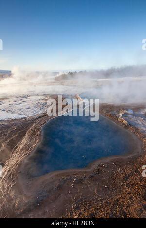 Blesi, Thermalbad im Bereich Geothermie neben dem Fluss Hvítá, Haukadalur, Sudurland, Island - Stockfoto
