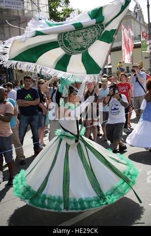 Einige Samba-Gruppen und Tänzerinnen führen am Karneval der Kulturen auf 8. Juni 2014 in Berlin Deutschland. - Stockfoto