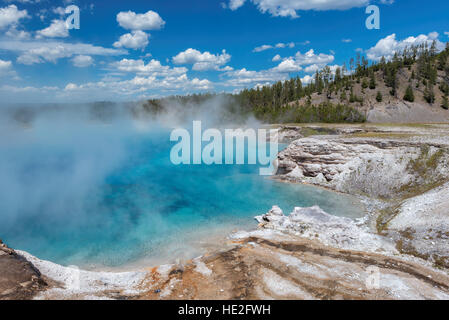 Blauen Pool der Geysir im Yellowstone-Nationalpark, Wyoming - Stockfoto