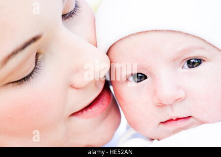 Junge Mutter, 22 Jahre alt, mit Tochter, sechs Wochen alt, im freien - Stockfoto