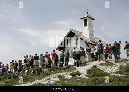 Masse, einer religiösen Zeremonie durchgeführt vor ein Gedenk-Kapelle an den Tre Cime di Lavaredo Bergen - Stockfoto