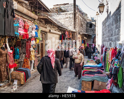 belebten Souk Markt Einkaufsstraße in alte Stadt von Aleppo-Syrien - Stockfoto