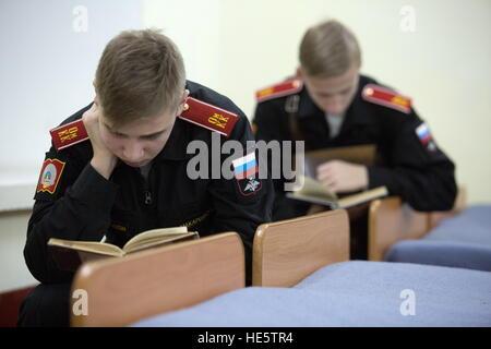 Omsk, Russland. 16. Dezember 2016. Kadetten der Omsk Kadettenkorps lesen. © Dmitry Feoktistov/TASS/Alamy Live-Nachrichten - Stockfoto