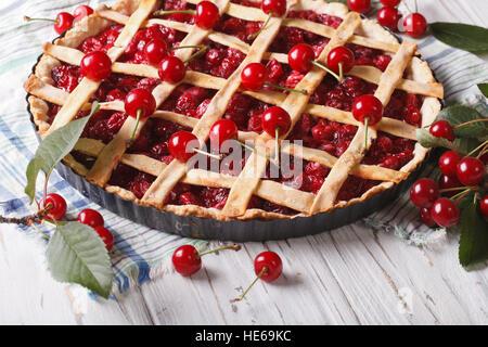 Kirschkuchen und reifen Beeren Nahaufnahme auf dem Tisch. horizontale - Stockfoto