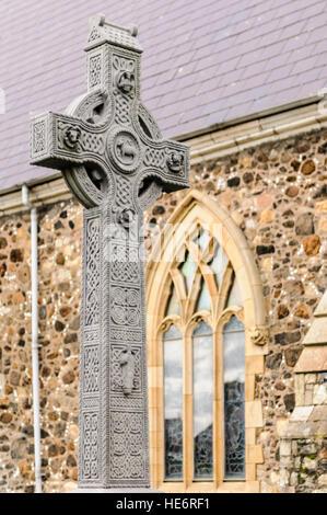 Alte, kunstvoll geschnitzten Irische keltische Kreuz auf dem Friedhof der St.-Nikolaus Kirche, Carrickfergus, Nordirland. - Stockfoto