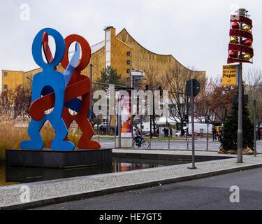 Berlin, Mitte, Potsdamer Platz, Untitled Boxer Skulptur von Keith Haring, roten und blauen Figuren aus Metall & - Stockfoto