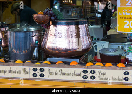 Ein Kupfer-Kessel mit Glühwein in Straßburg - Stockfoto