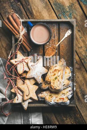 Kakao in der Tasse mit Lebkuchen Weihnachtsgebäck, Stücke von Stollen - Stockfoto