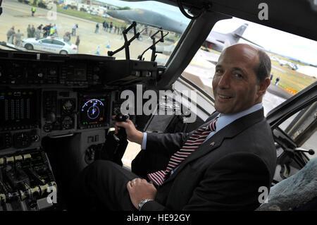 Geelong, Australien - Jeffrey L. Bleich, amerikanischer Botschafter in Australien genießt einen Sitzplatz in einer - Stockfoto