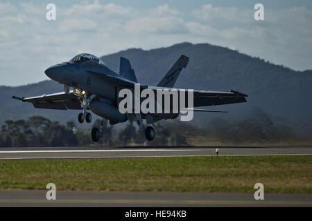 Eine Royal Australian Air Force F/A-18F Super Hornet zieht eine Antenne Demonstration für einen geschätzten 180.000 - Stockfoto