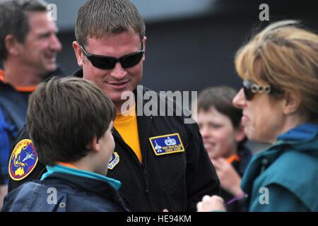 GEELONG, Australien - Shreve, Ohi Native, Staff Sergeant Chad Miller, eine Crew Chief für das f-16 Demo Team aus - Stockfoto