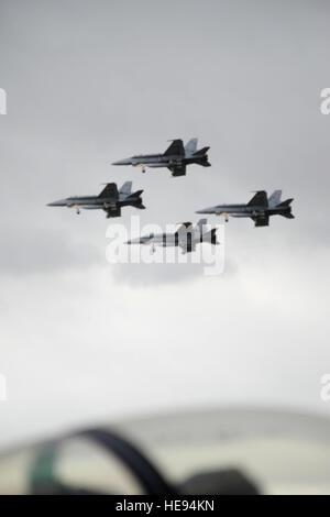 GEELONG, Australien - vier Royal Australian Air Force f-18 der Überflug einer geparkten f-16 zugewiesen, Misawa - Stockfoto