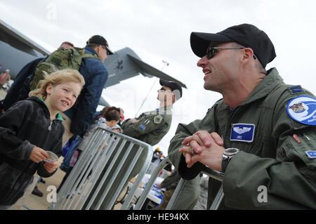 GEELONG, Australien - ein junger australischer Fan von der f-22 Raptor schaut auf US Air Force Captain Graham Stewart, - Stockfoto