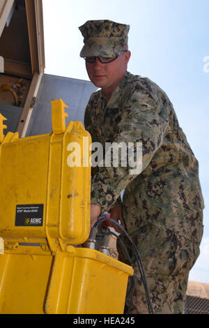 US Navy Petty Officer 1st Class Adam Binon, Naval Engineering Befehl Mobile Utilities Support Betriebsausrüstungen - Stockfoto