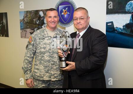 Zeigen Sie die gemeinsame Kommunikation Support Element (JCSE)-Commander, US Army Colonel Kirby Watson (links), - Stockfoto