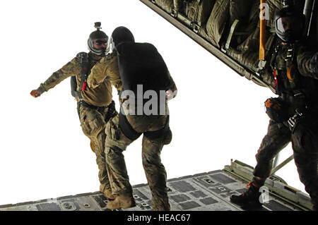 US Air Force Captain Kyle, 131. Rescue Squadron Bekämpfung Rettung Offizier und Master Sgt. Clay, 131. Rescue Squadron - Stockfoto