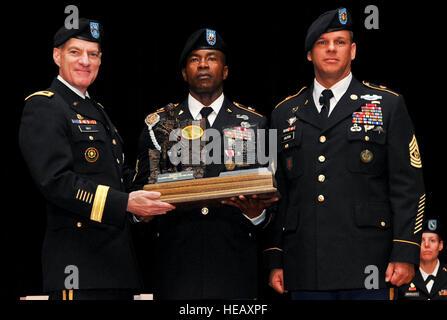 Sgt. 1. Klasse Delroy Barnett (Mitte), eine individuelle Weiterbildung-Zug-Sergeant aus der 32. medizinische Brigade - Stockfoto