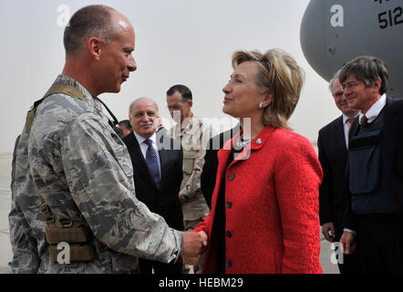 Kol. Jon Andre, 447th Air Expeditionary Gruppenkommandant, grüßt US-Außenministerin Hillary Clinton auf der Flightline, - Stockfoto