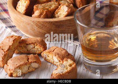 Italienischer Mandel Biscotti Kekse und süßer Wein in ein Glas Nahaufnahme auf dem Tisch. Horizontale - Stockfoto
