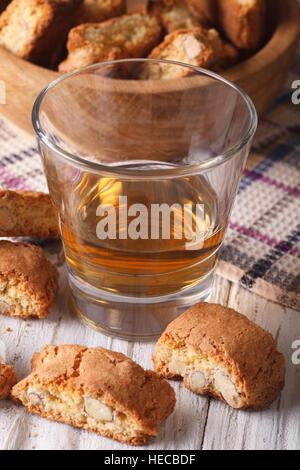 Italienischer Mandel Biscotti Kekse und süßer Wein in ein Glas Nahaufnahme auf dem Tisch. vertikale - Stockfoto
