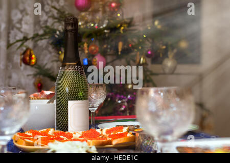 Festliche Weihnachtstafel mit Champagner und Gläser. Sandwich mit rotem Kaviar auf Weißbrot. Erfrischungen, Neujahr - Stockfoto