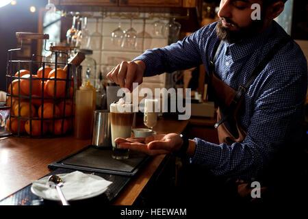 Barkeeper Barista in Uniform, die Zubereitung von Kaffee-Tee, Cocktails - Stockfoto