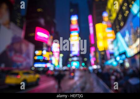 Defocus abstrakten Blick auf Times Square Beschilderungen, Verkehr und Urlaub Massen im Vorfeld zu Silvester nach - Stockfoto