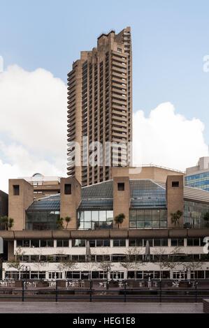 Beispiele für massive Betonbauten im Barbican, brutalistischen Stil und repräsentiert ein utopisches Ideal für innerstädtisches - Stockfoto