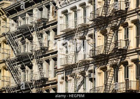Soho Gebäudefassaden mit Feuerleitern. Greene Street, Manhattan, New York City - Stockfoto