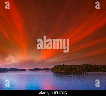 Bunte Sunrset Strahlen über dem Puget Sound und Hope Island, Washington. USA - Stockfoto