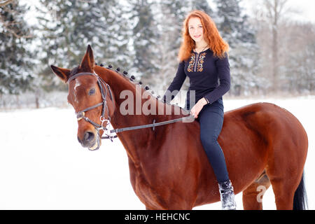 Junge Mädchen reitet großen Schwanz