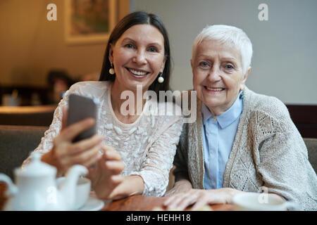 Entspannte senior Weibchen verbringen Zeit im café - Stockfoto
