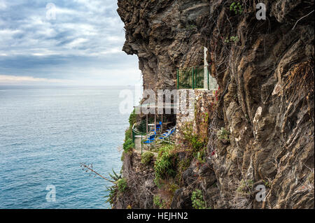 Alte verlassene Balkon mit Meerblick auf die Felsen in der Nähe von Vernazza Stadt in Ligurien, Italien - Stockfoto