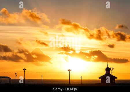 Sonnenuntergang in Blackpool, Lancashire: UK Wetter: 21. Dezember 2016.  Ein wunderschönen Sonnenuntergang liegt - Stockfoto