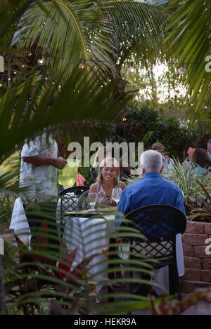 Rio, Florida, USA. 23. Dezember 2016. 033107 Tc tgif Iansgrill Personal Foto von Vada Mossavat/The Palm Beach Post - Stockfoto