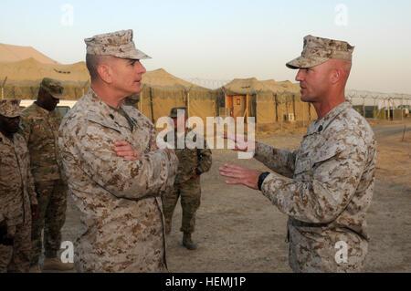 Sgt. Major Bryan Battaglia (links), trat die Senior Berater an den Vorsitzenden der Joint Chiefs Of Staff, erhält - Stockfoto