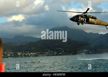 Ein US-Armee UH-60 Black Hawk Hubschrauber, Bravo Company, 2. Bataillon, 25. Aviation Regiment, 25. Combat Aviation - Stockfoto