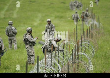 Soldaten richten Sie Konzertina Draht Hindernisse während der ...