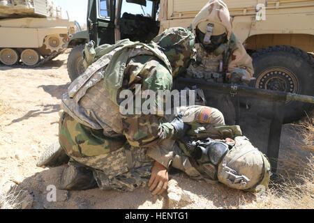 US-Armeesoldaten vom 4. Bataillon, 6. Infanterie-Regiment, legen Soldaten auf einen Wurf während der entscheidenden - Stockfoto