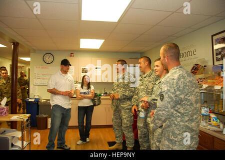 Indianapolis Colts Linebacker Pat Angerer und Frau Mary dauern, Truppen in Camp Atterbury durch die Unterstützung - Stockfoto