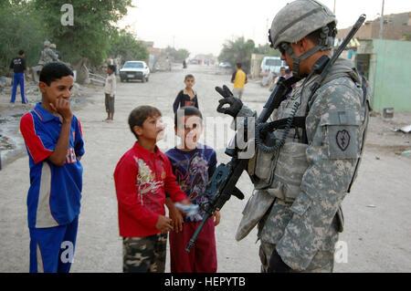 Sgt. Tony Macias, ein Wauchula, Florida, native, zeigt Kinder, in der Husseniyah Nahia, seines Alters, nachdem er - Stockfoto
