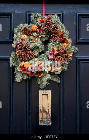 weihnachtskranz an einer t r stockfoto bild 309805471. Black Bedroom Furniture Sets. Home Design Ideas