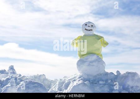 Schneemann trägt ein gelbes Hemd - Stockfoto