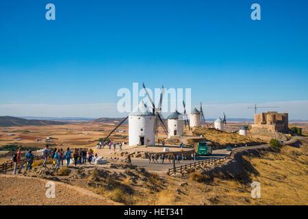 Touristen besuchen die Windmühlen. Consuegra, Provinz Toledo, Castilla La Mancha, Spanien. - Stockfoto