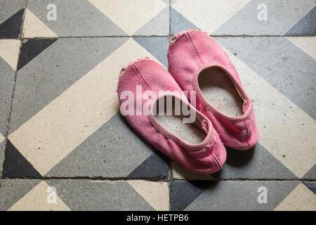 Detail der alten und beschädigten Kind rosa Hausschuhe oder Schuhe tanzen. - Stockfoto