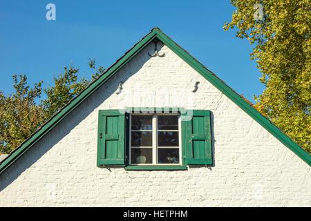 Detail des deutschen Haus Fenster mit weißen Fassade und den blauen Himmelshintergrund im Herbst. - Stockfoto