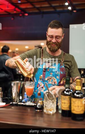 Kiew, UKRAINE - 30. Oktober 2016: Barmann Festival. Gut aussehend bärtige Hipster Barkeeper mit langem Bart und - Stockfoto
