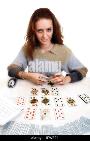 Wahrsagerin sitzen vor einem Computer mit Karten, Symbol für Online-Astrologiemesswerte - Stockfoto