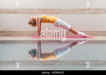 Junge Frau ist Yoga üben. - Stockfoto